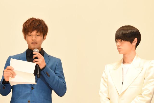 GReeeeNの音楽プロデューサーのジンからの手紙を朗読する松坂桃李(左)と真剣に聞く菅田将暉(右)。
