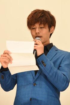 GReeeeNの音楽プロデューサーのジンからの手紙を朗読する松坂桃李。