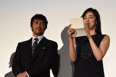 遊川和彦の妻からの手紙を読み上げる天海祐希(右)。