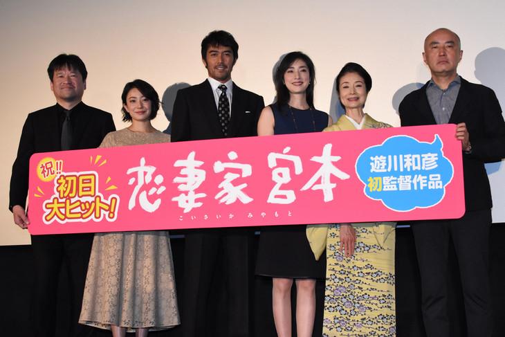 「恋妻家宮本」初日舞台挨拶の様子。左から佐藤二朗、菅野美穂、阿部寛、天海祐希、富司純子、遊川和彦。