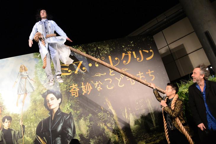 空中浮遊のシーンを再現するピース又吉(左上)と、それを見つめるピース綾部(中央)、ティム・バートン(右)。