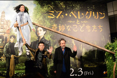 「ミス・ペレグリンと奇妙なこどもたち」スペシャルイベントにて、ティム・バートン(右)、ピースの綾部祐二(中央)と又吉直樹(左上)。