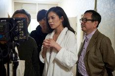 「私は絶対許さない」撮影現場での平塚千瑛(中央)と和田秀樹(右)。