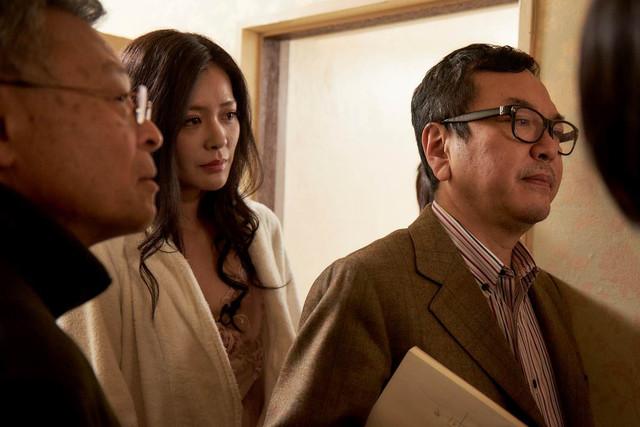 「私は絶対許さない」撮影現場での高間賢治(左)、平塚千瑛(中央)、和田秀樹(右)。