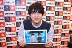 """お気に入りだという6月のページをアピールする吉沢亮。合成された2人の自分のうち、右が""""しっかり者の兄""""、左が""""バカな弟""""という設定があるそう。"""