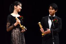左から小松菜奈、柳楽優弥。