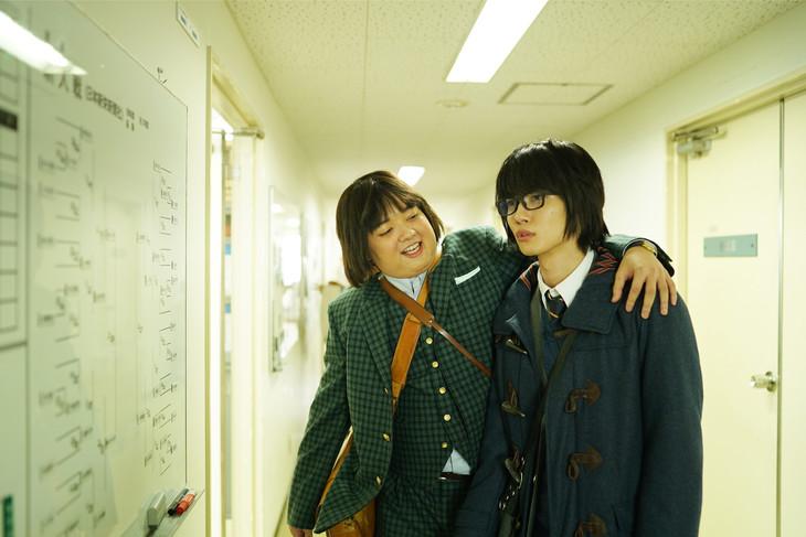映画「3月のライオン」より、二海堂晴信役の染谷将太(左)、桐山零役の神木隆之介(右)。