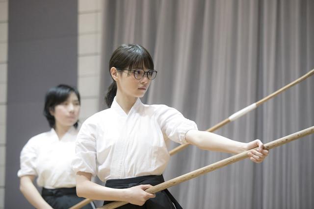 映画「あさひなぐ」主演・西野七瀬が、薙刀の稽古に励む様子。