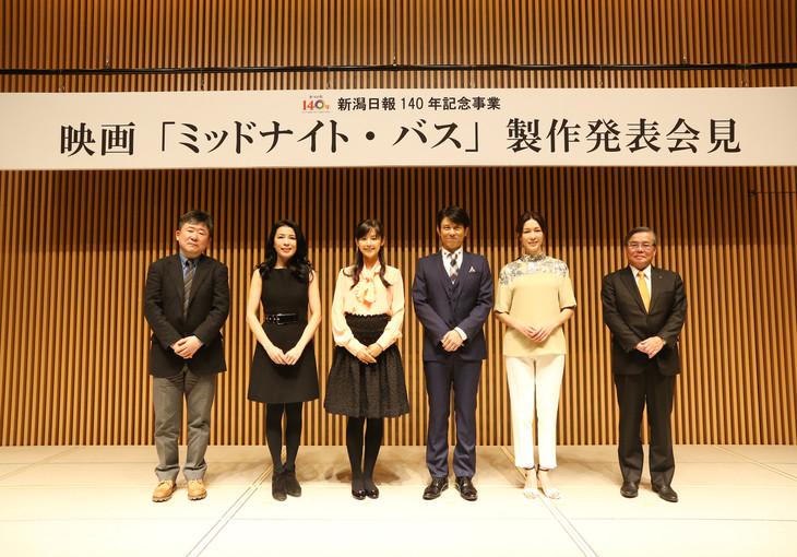 「ミッドナイト・バス」製作発表記者会見の様子。左から竹下昌男、川井郁子、小西真奈美、原田泰造、山本未來、新潟日報社の小田敏三代表取締役社長。