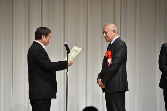 特別功労賞表彰の様子。ビートたけし(左)、故・神山繁の代理として出席した中原丈雄(右)。
