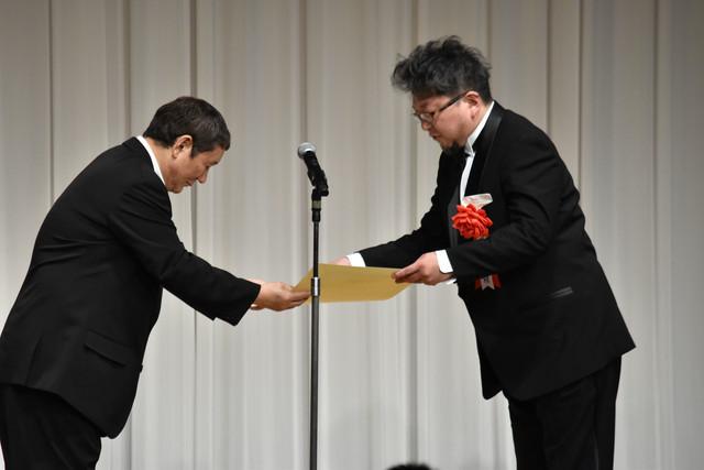 監督賞表彰の様子。左からビートたけし、樋口真嗣。