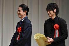 左から菅田将暉、綾野剛。