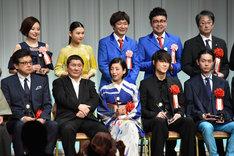 第26回東京スポーツ映画大賞授賞式、および第17回ビートたけしのエンターテインメント賞表彰式の様子。