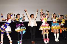 ダンスを披露する登壇者たち。左から若井友希、山北早紀、紺野あさ美、茜屋日海夏、芹澤優、久保田未夢。