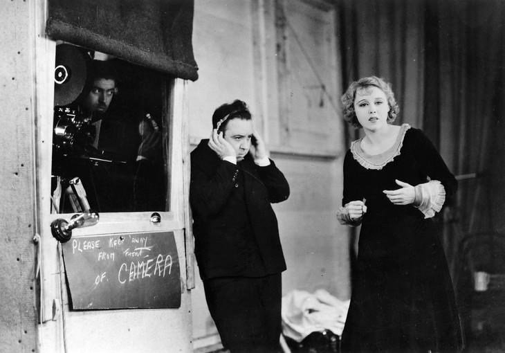 「恐喝(ゆすり)」メイキング写真、左がアルフレッド・ヒッチコック。(c)British Film Institute