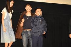 「いい夢見ろよ! あばよ!」と観客に語りかける柳沢慎吾。