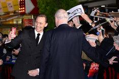 ファンと自撮りするトム・ヒドルストン。