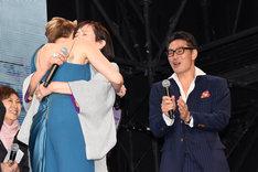 抱擁するスカーレット・ヨハンソン(左)と桃井かおり(中央)。