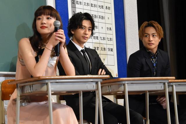 左から永野芽郁、三浦翔平、白濱亜嵐(GENERATIONS from EXILE TRIBE、EXILE)。