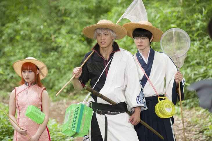 映画「銀魂」撮影現場の様子。左から橋本環奈、小栗旬、菅田将暉。