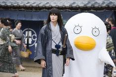映画「銀魂」撮影現場の様子。左から岡田将生、エリザベスの着ぐるみ。