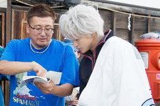 映画「銀魂」撮影現場の様子。左から福田雄一、小栗旬。