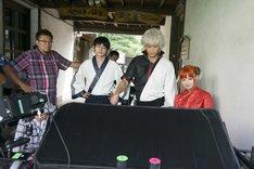 映画「銀魂」撮影現場の様子。左から福田雄一、菅田将暉、小栗旬、橋本環奈。