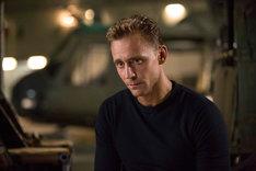 トム・ヒドルストン演じるコンラッド。