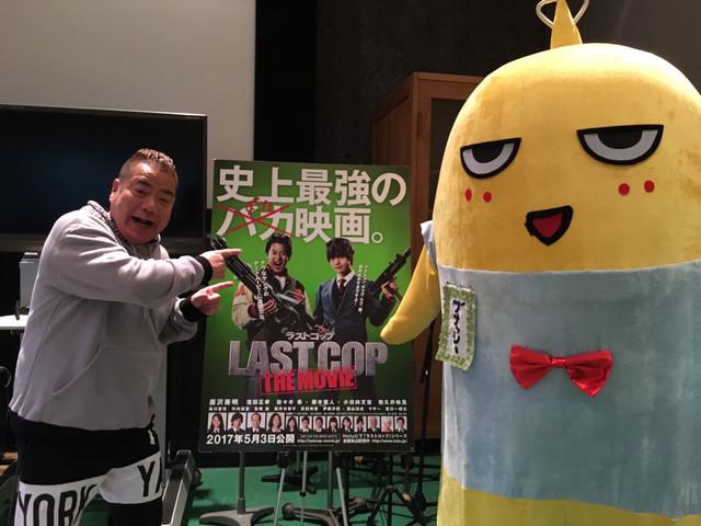 「ラストコップ THE MOVIE」でブナッシーことブレイン・ナッシーの声を担当する出川哲朗(左)、ブナッシーの着ぐるみ(右)。