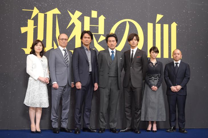 「孤狼の血」製作発表会見の様子。左から原作者の柚月裕子、石橋蓮司、江口洋介、役所広司、松坂桃李、真木よう子、監督の白石和彌。