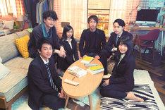 左手前から時計回りに佐藤健、岡田将生、二階堂ふみ、朝井リョウ、菅田将暉、有村架純。