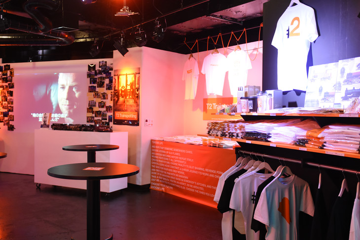「T2 BAR ~T2 Trainspotting Exhibition & BAR~」の様子。