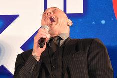 大笑いをするデイヴ・バウティスタ。