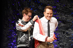 ジェームズ・ガン(左)にスカジャンを着せてもらうクリス・プラット(右)。