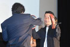 ミット打ちを披露する溝端淳平(左)。