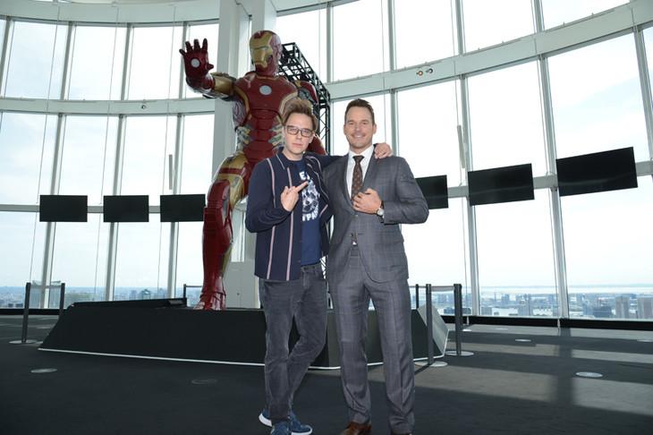 アイアンマンと記念撮影をするジェームズ・ガン(左)、クリス・プラット(右)。