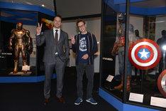 アイアンマンとキャプテン・アメリカの衣装の間で記念撮影をするクリス・プラット(左)、ジェームズ・ガン(右)。