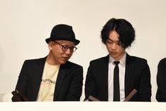左から真利子哲也、菅田将暉。