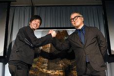 お互いを讃え、作品の前で握手を交わす両名。