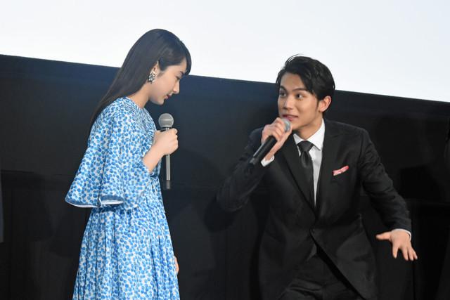 「そこ、私の立ち位置なんですけど……」と、劇中さながらのやりとりを披露した平祐奈(左)と中川大志(右)。