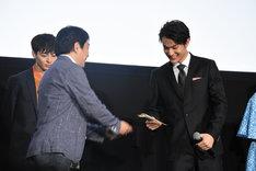 古澤健監督(左)から手紙を受け取った中川大志(右)。