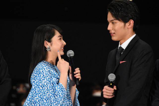 「ReLIFE リライフ」をイメージしたのネイルを観客に見せ、「大志くんがやったんです!」と話す平祐奈(左)。