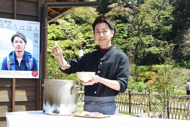 2017年4月16日に東京・肥後細川庭園で行われた「るろうにほん 熊本へ」発売記念会見に出席した佐藤健。