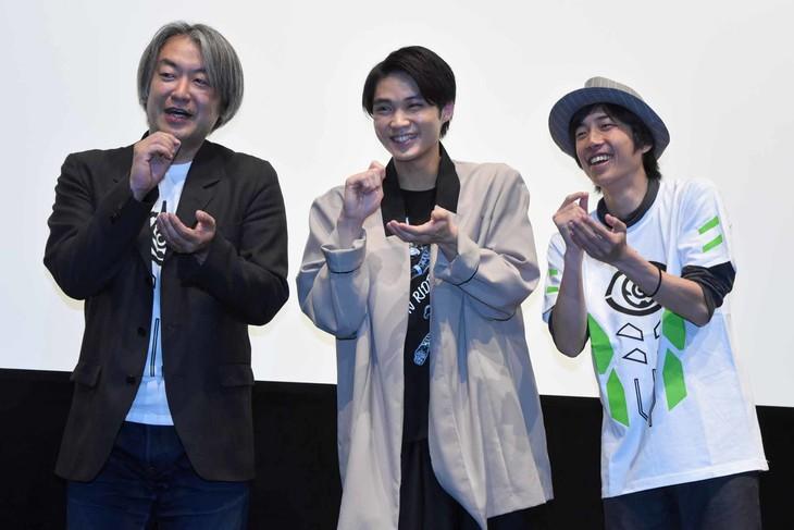 「アラン英雄伝」上映会の様子。たこ焼きポーズをする登壇者たち。