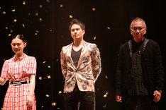 木村拓哉にエスコートされて登場した杉咲花(左)。