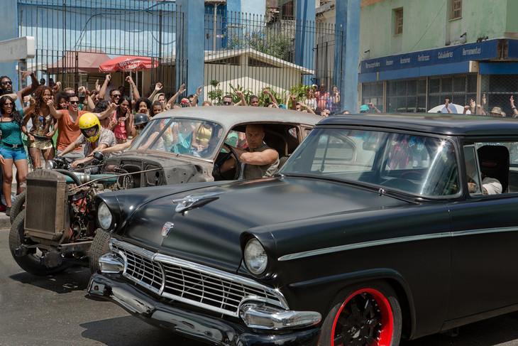 「ワイルド・スピード ICE BREAK」より、キューバでのゼロヨン開始直前のにらみ合い。