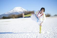 「創作あーちすと NON」より、「模索中」を着て四股を踏むのん。後ろは富士山。