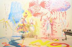「雷」のパネル写真。ドレスは左から「猪突猛進」「模索中」「刺激」と名付けられた。