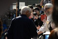 宮崎駿のそっくりさんと握手を交わす鈴木敏夫(左)。