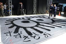 約20畳サイズの布に描かれたマックロクロスケを眺める鈴木敏夫(右奥右手)と川上量生(右奥左手)。